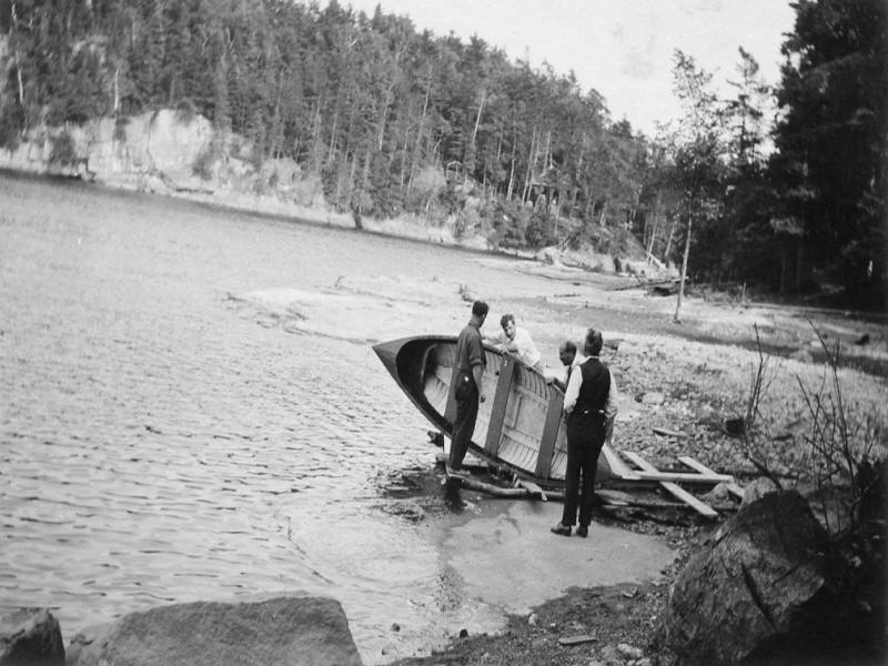 People preparing rowboat in 1907